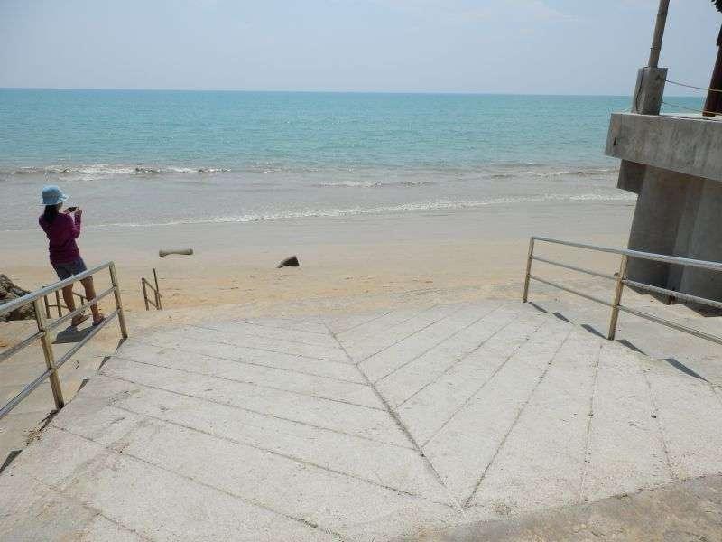 der Eingang zum Strand ca. 5 Meter tiefer......
